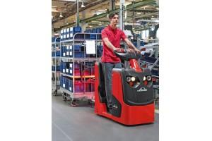 •O trator de reboque compacto Linde P20 e com plataforma Linde W04 é ideal para a produção lean.